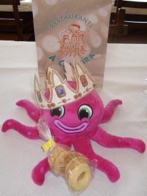 La Jefina con una bolsa de rosquillas de San Blas